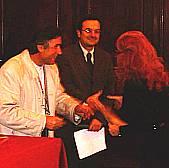Il momento della consegna del Diploma all'artista Anna Maria Guarnieri